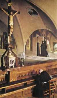Ojciec Pio przed wizerunkiem Ukrzyżowanego